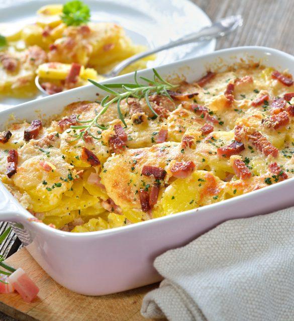 Kartoffelgratin mit Parmesan, Sahne und Sdtiroler Speck frisch aus dem Ofen -  Potato gratin with parmesan cheese, cream and cured bacon from South Tyrol