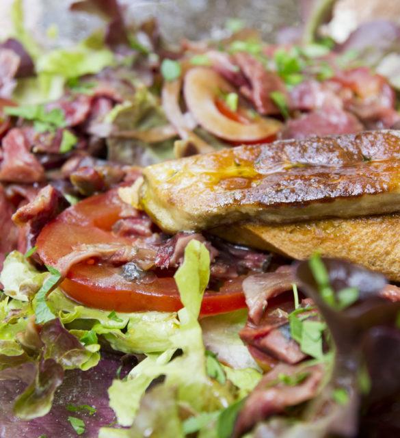 Tranche de foie gras sur lit de salade
