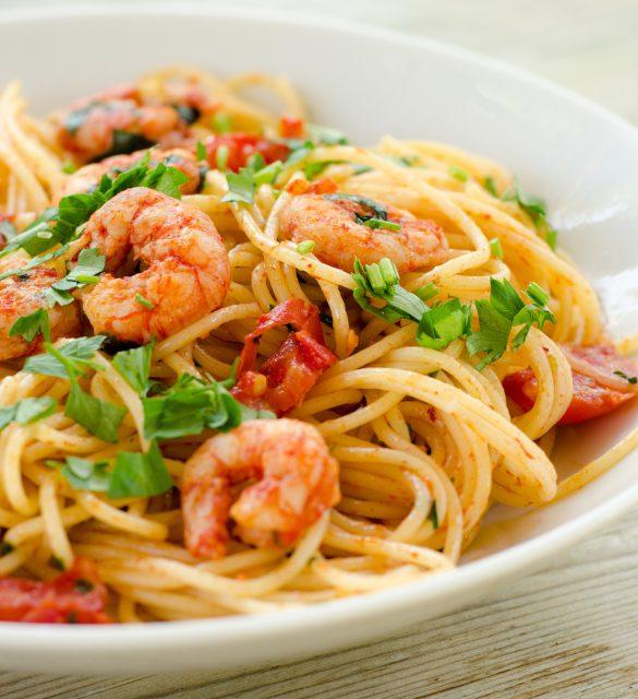 Spaghetti con gamberetti, pomodoro e prezzemolo
